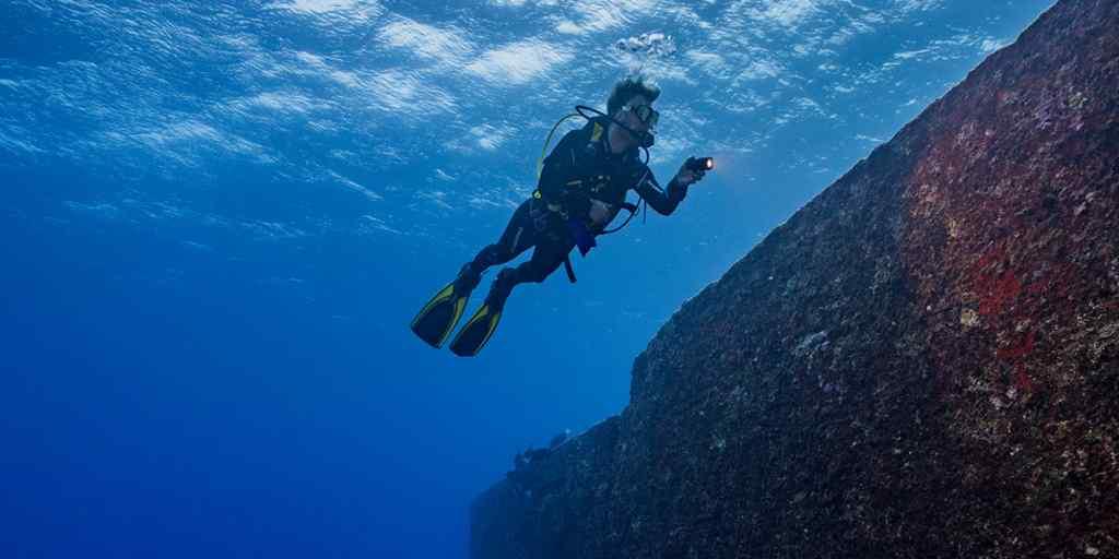 Nurek ponad podwodnym monumentem Yonaguni Okinawa Japonia